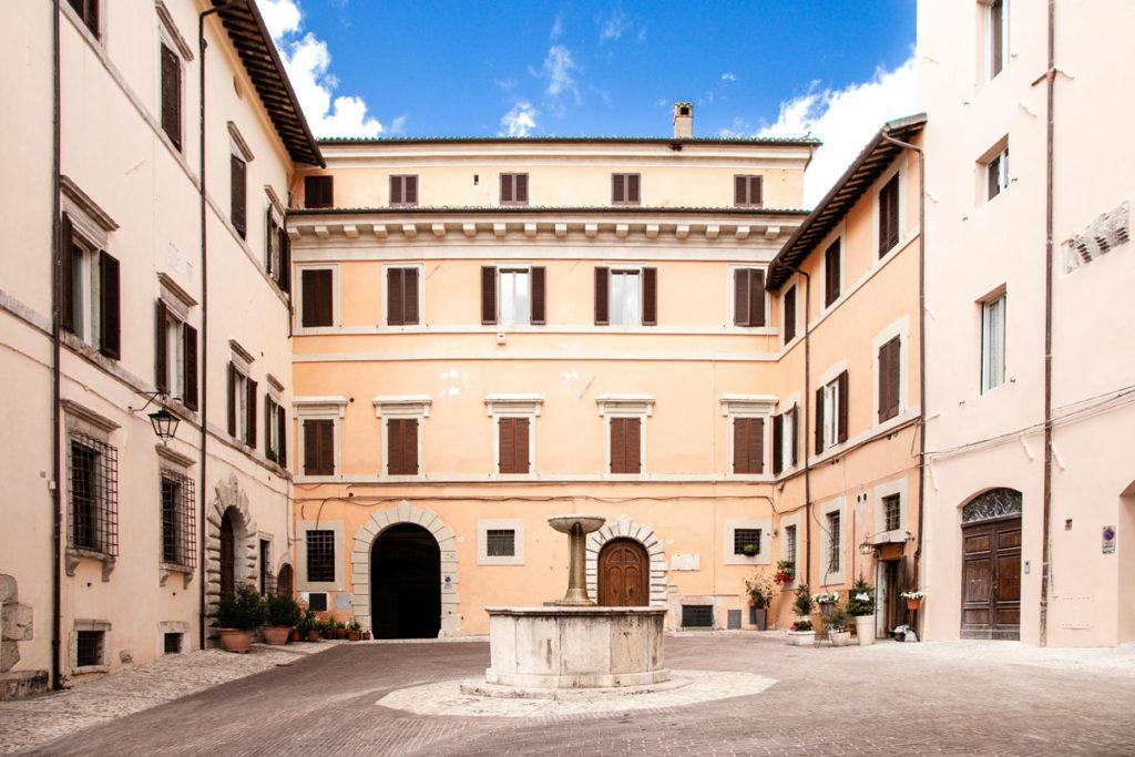 Piazza Pietro Fontana con Fontana del Maccabei