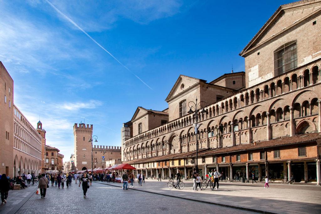 Piazza Trento e Trieste di Ferrara - Prospettiva con fianco del duomo