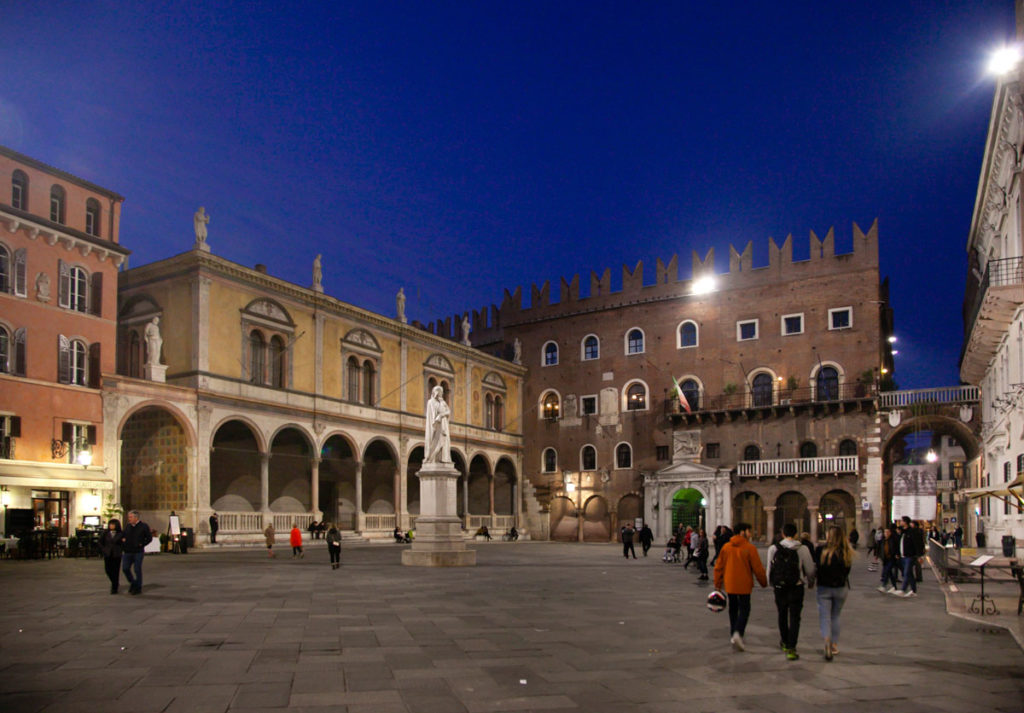 Piazza dei Signori alla Sera - Cosa Vedere a Verona