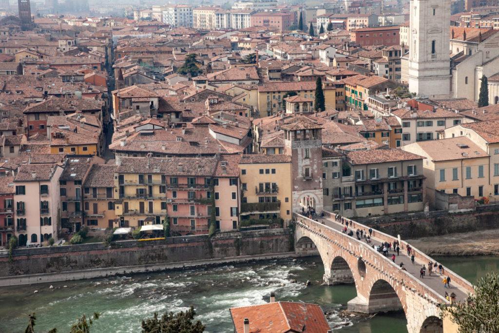 Ponte Pietra e Torre di Ponte Pietra vista panoramica