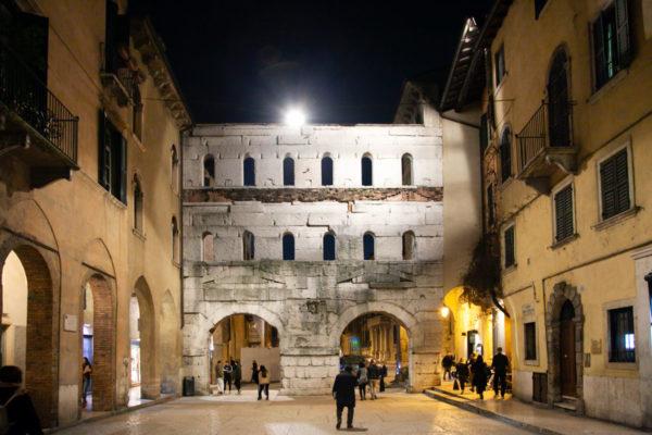 Porta Borsari di Sera - Più antica porta delle mura di Verona