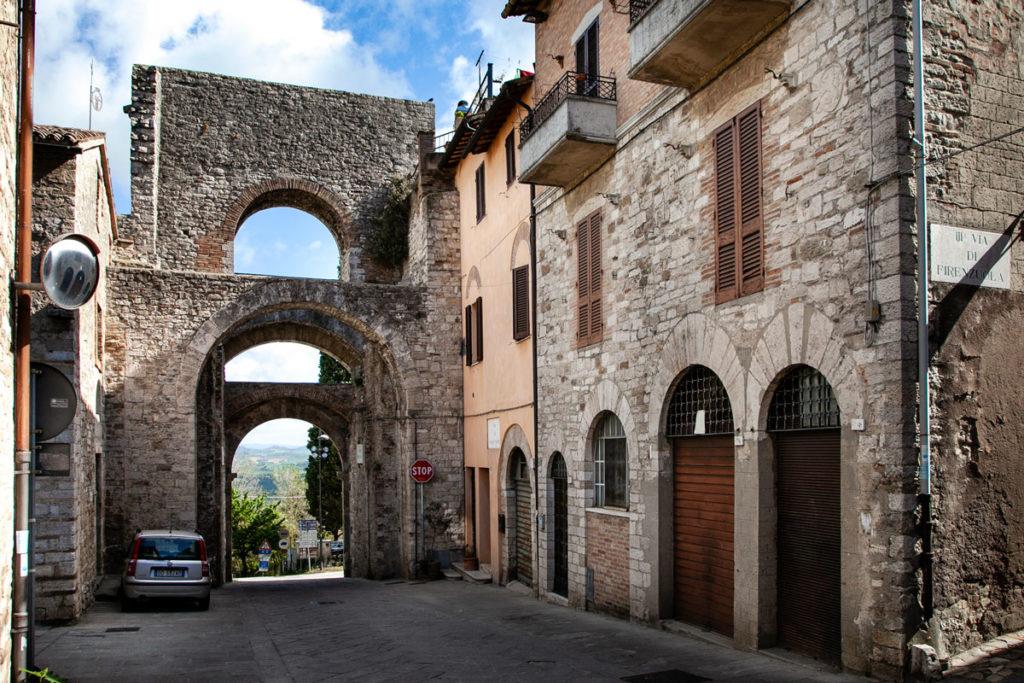 Porta Perugina vista dal centro storico - Cerchia Muraria medievale