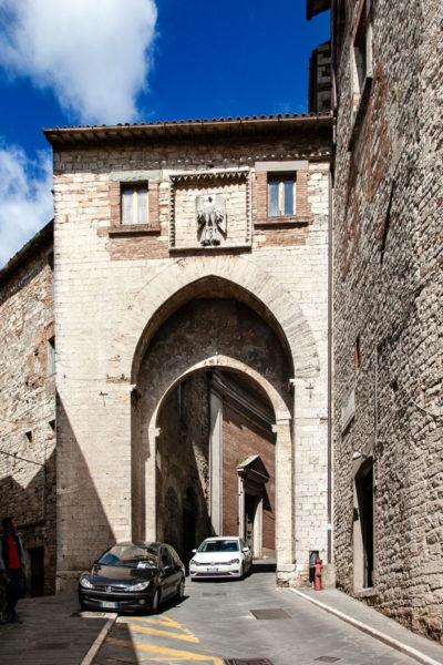 Porta della Catena con lo stemma più antico di Todi