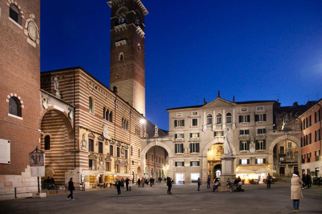Statua di Dante e Domus Nova di sera a Verona