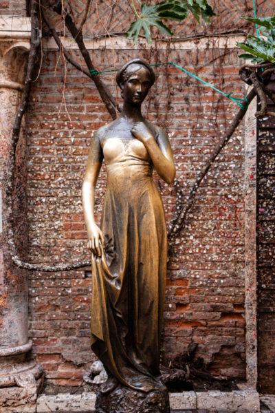 Statua di Giulietta nel cortile della casa di Verona
