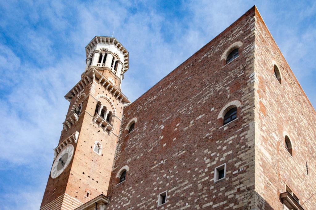 Torre dei Lamberti vista da piazza delle Erbe