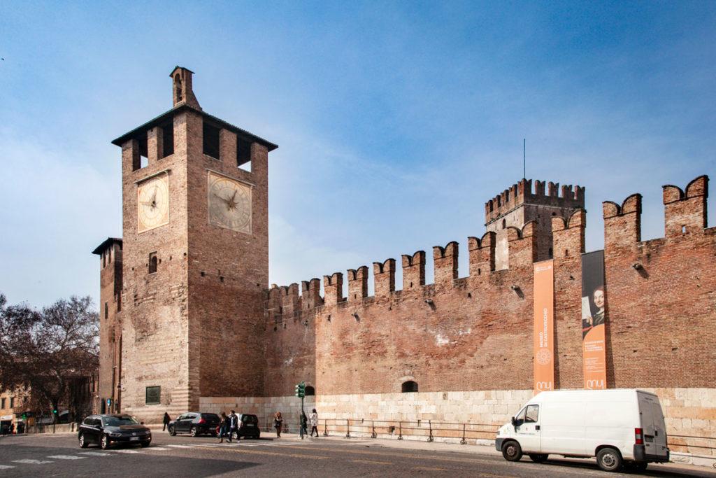 Torre dell'Orologio e Mura del Castelvecchio - Cosa Vedere a Verona
