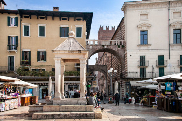 Tribuna di piazza Erbe a Verona - struttura con misure per il mercato