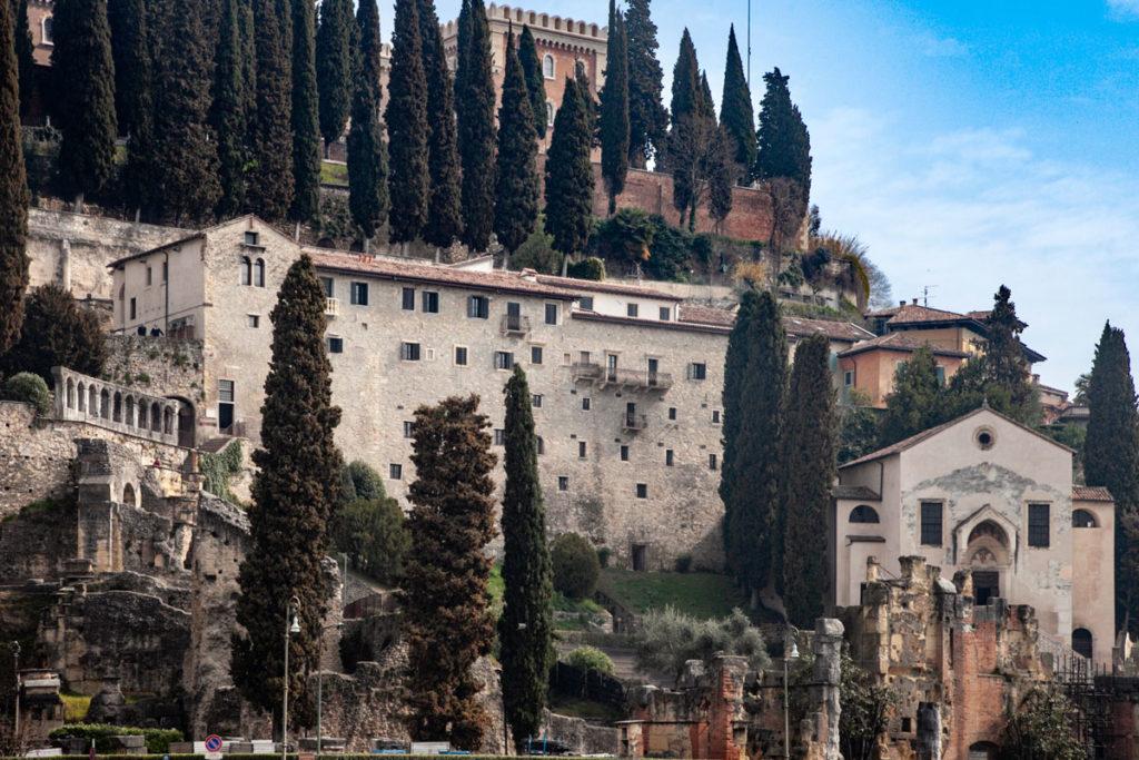 Veduta di resti del Teatro Romano di Verona e Castel San Pietro