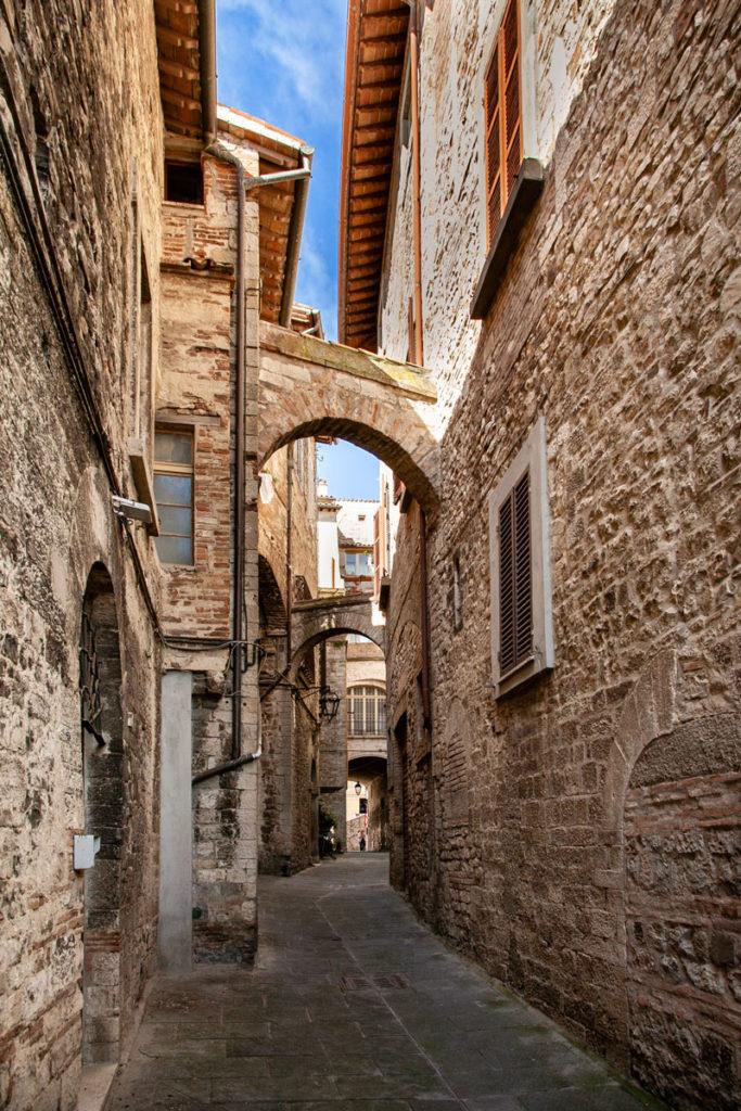 Vicoli con archi nel centro medievale di Todi