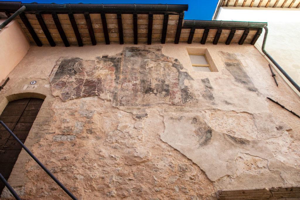 Affreschi del XIV secolo sulla facciata dello Ospizio