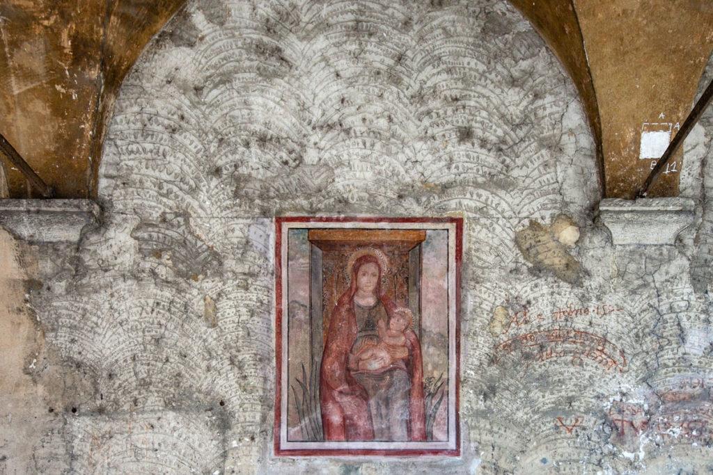 Affresco della Madonna con Bambino sotto al porticato