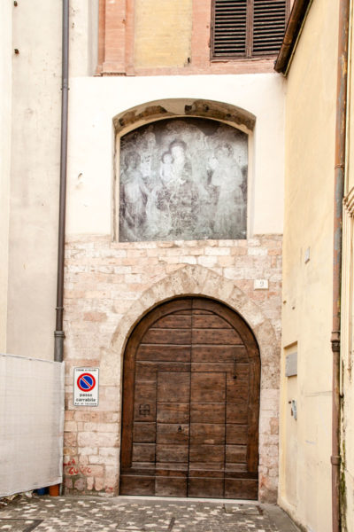 Affresco su ingresso secondario alla chiesa di San Francesco