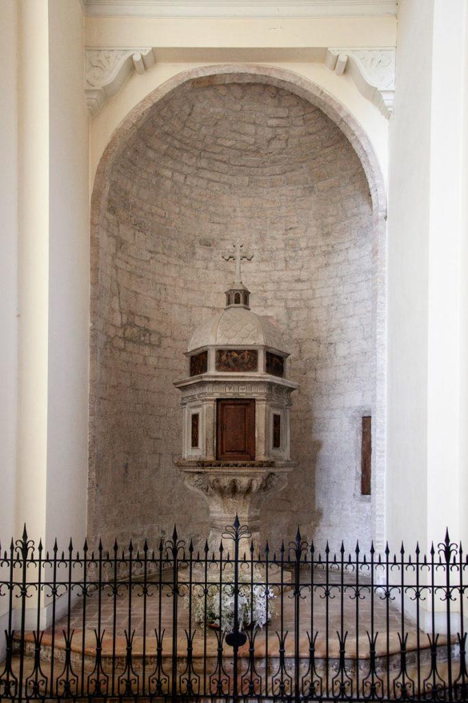 Antichi monumenti dentro al duomo di Trevi