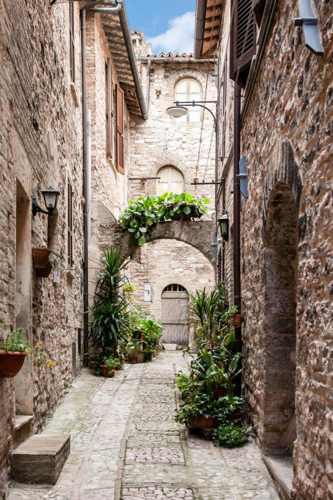 Archi e vegetazione nel borgo di Spello