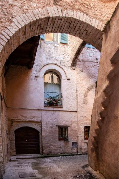 Archi in pietra nei vicoli di Trevi