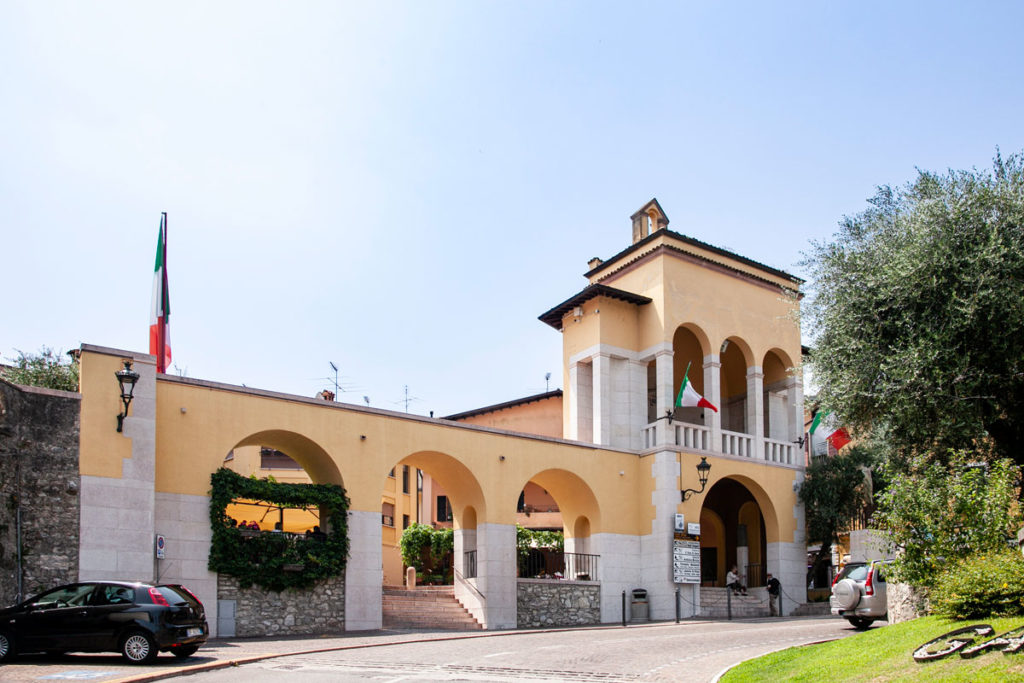 Archi ingresso al centro storico di Gardone Riviera