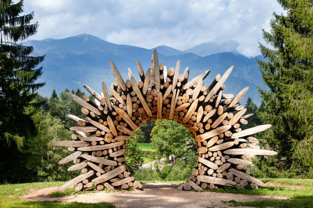 Arco panoramico sulle montagne della Val Sella - Legno tagliato ad Arte Sella