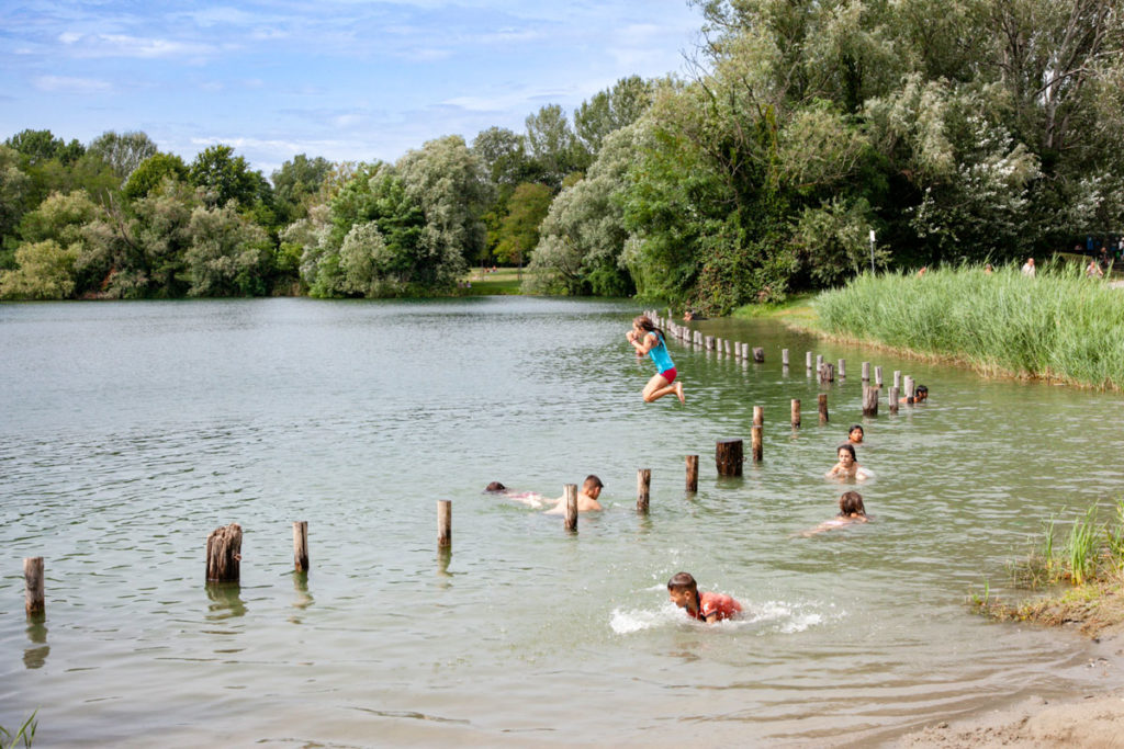 Bambini che fanno il bagno al parco delle Cave di Milano