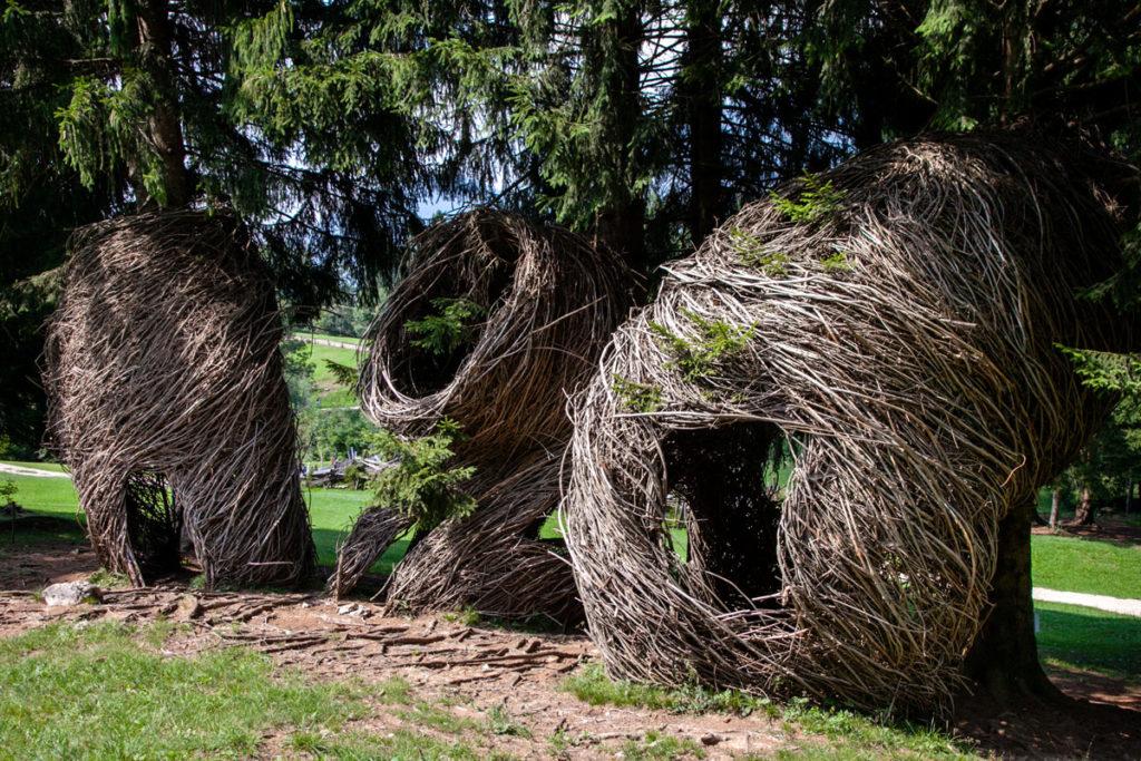 Bozzoli in legno attaccati agli alberi - Arte Sella