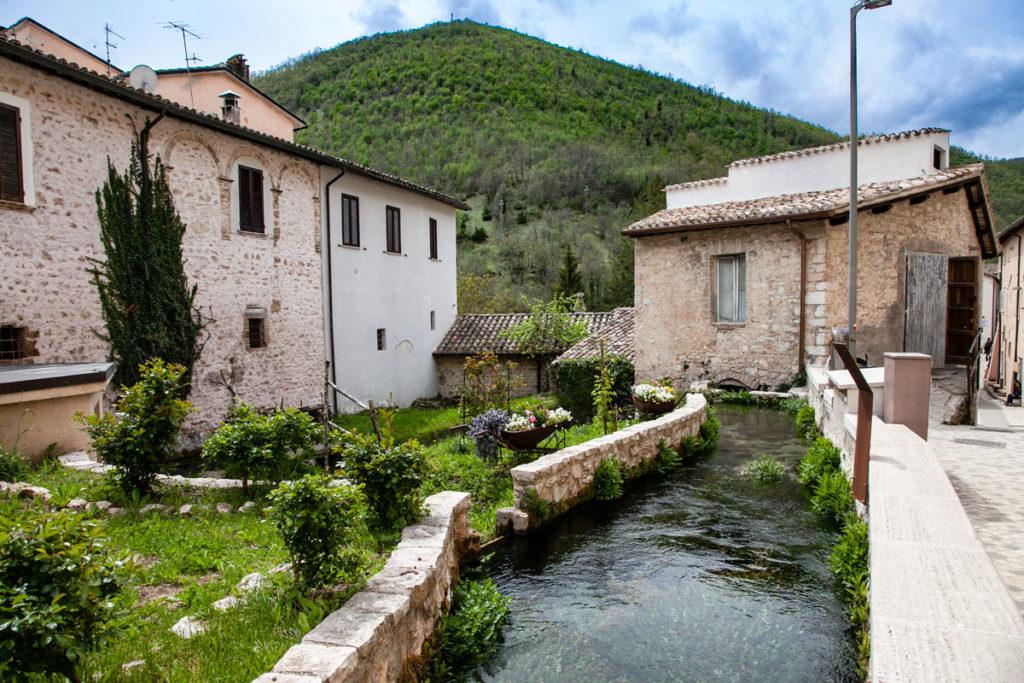 Case in pietra e acqua verso il fiume Menotre