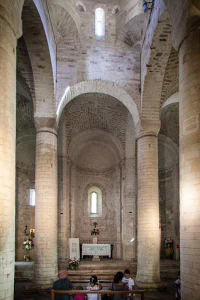 Colonnato e altare centrale della Abbazia di San Vittore delle Chiuse - Frasassi