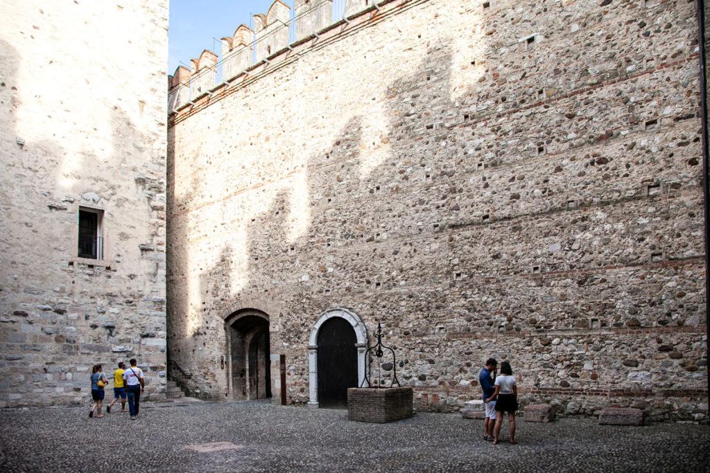 Cortile interno del Castello Scaligero di Sirmione