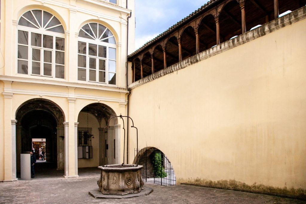 Cortile interno del Palazzo Urbani Acuti o Palazzo Cruciani con pozzo