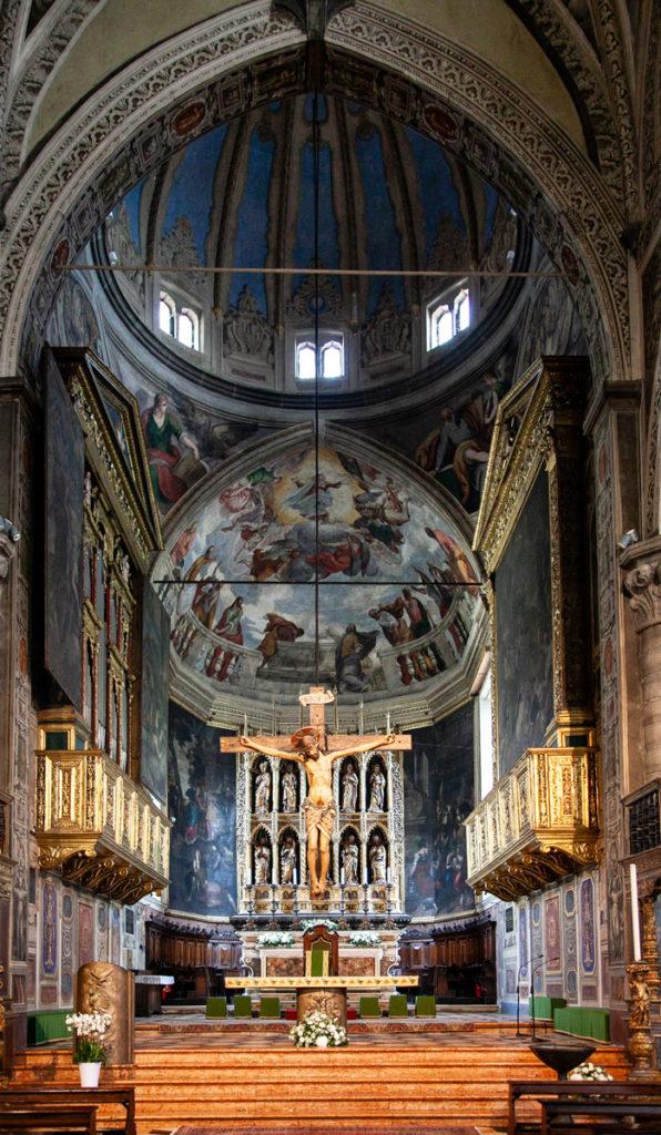Cupola e altare con crocifisso in legno - Duomo di Salò