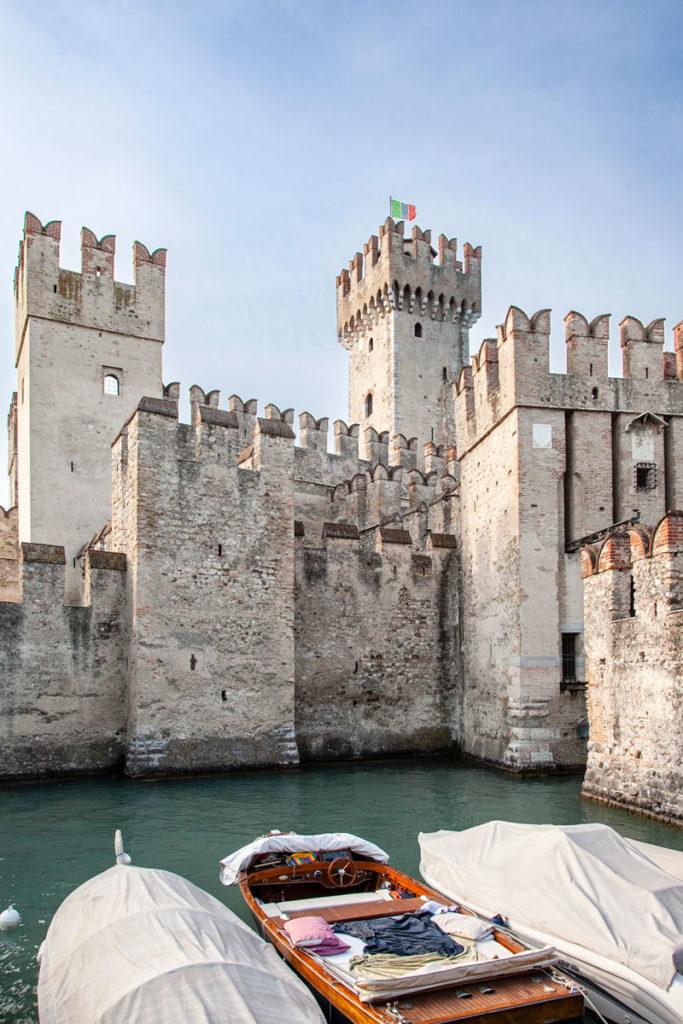 Darsena e barche del castello scaligero di Sirmione