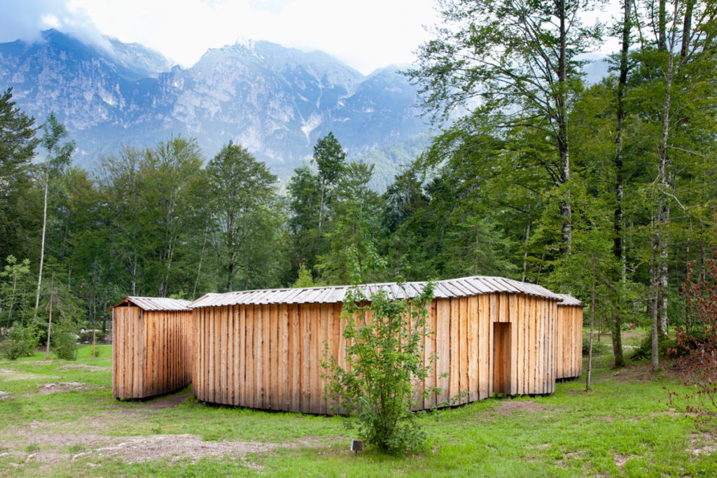 Dentro fuori di Michele de Lucchi - Corridoi in legno in mezzo alla foresta di Arte Sella