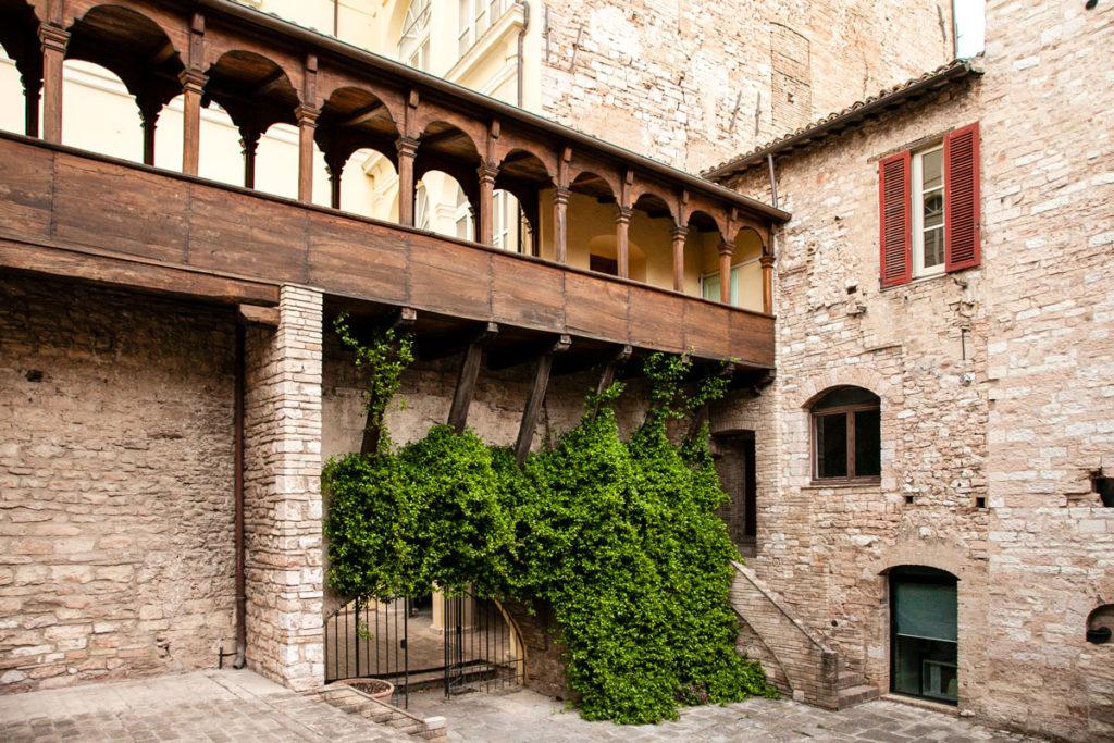 Dettaglio del loggiato in legno e della vegetazione del Palazzo Urbani Acuti o Palazzo Cruciani