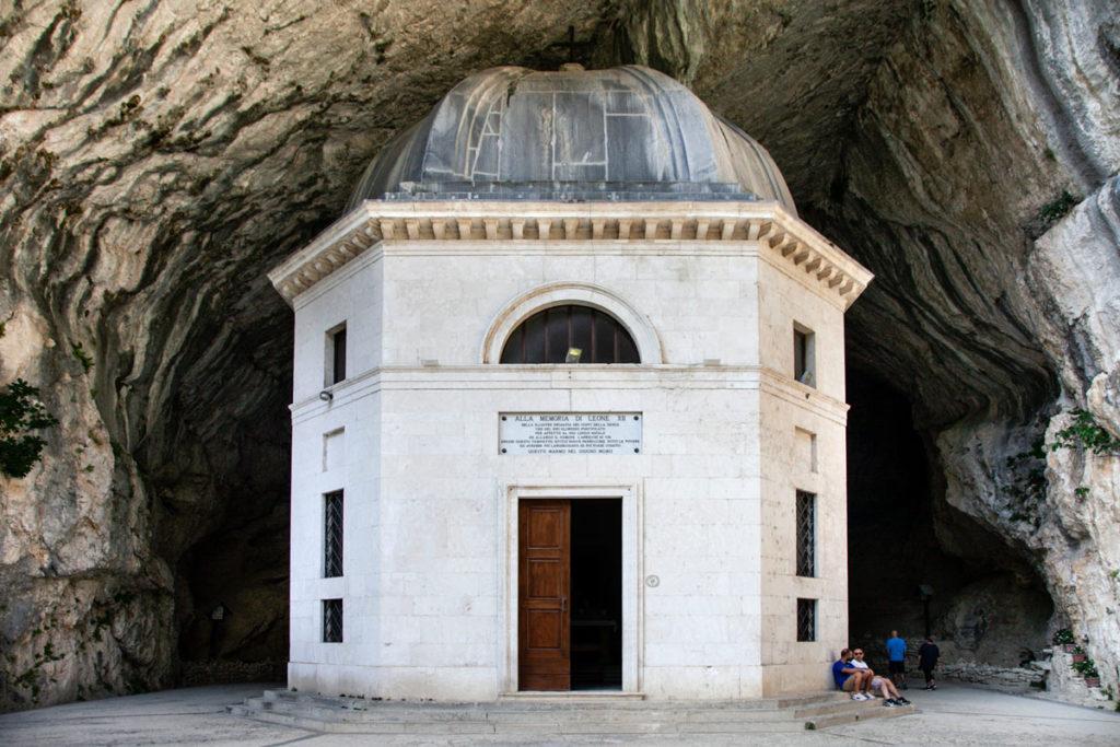 Facciata del piccolo tempio ottagonale del Valadier - Comune di Genga