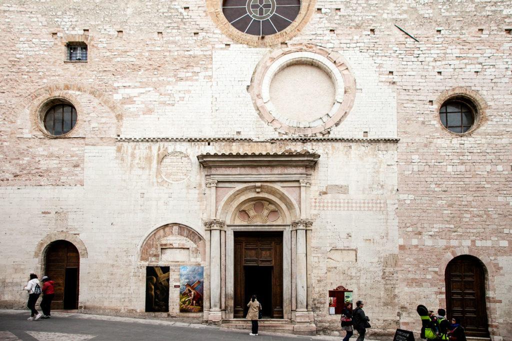 Facciata della Chiesa di San Lorenzo Martire con tracce dei rifacimenti
