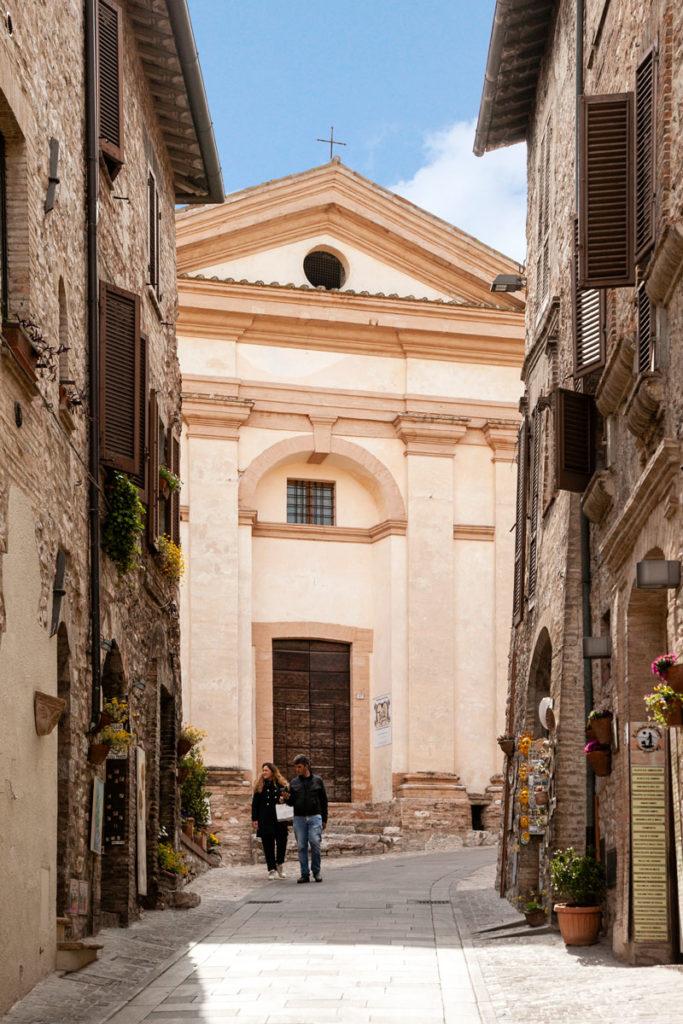 Facciata della Chiesa di San Michele Arcangelo tra le case - Spello
