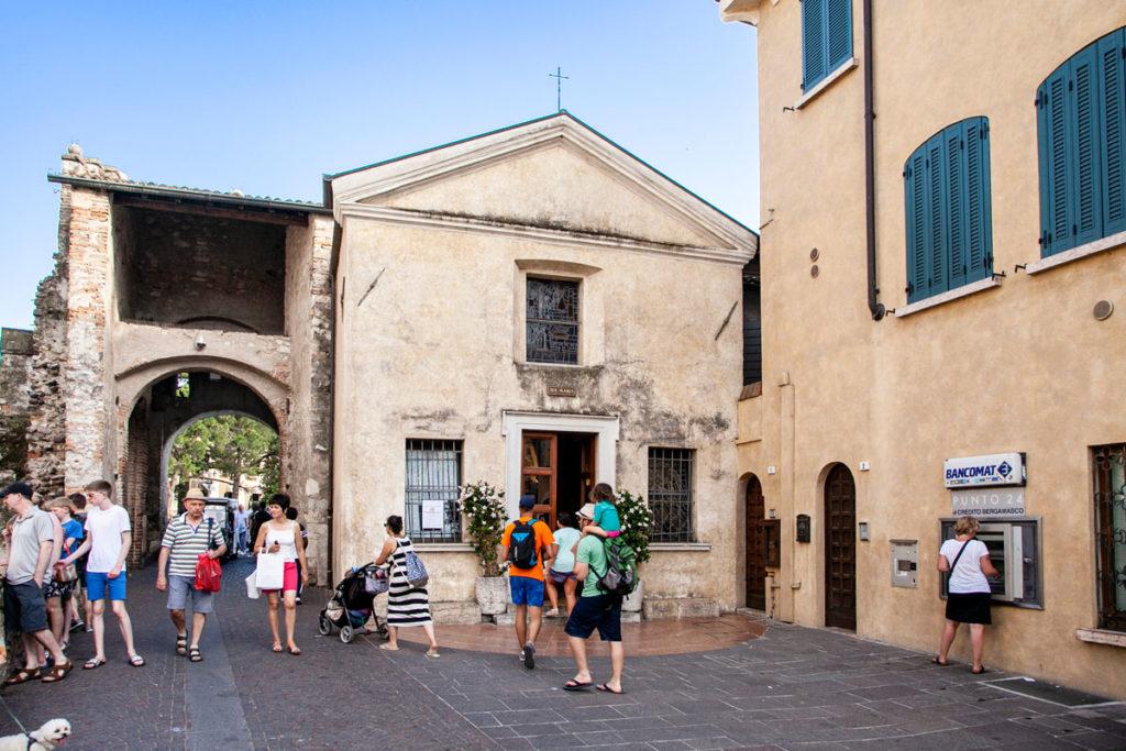 Facciata della piccola chiesa di Sant'Anna con Cappella Ave Maria