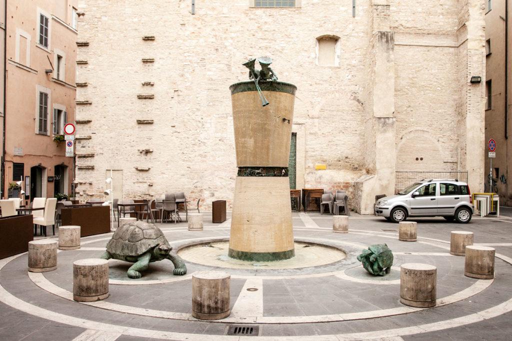 Fontana in Memoria dei Caduti - Ricordo del Dolore Umano - Ivan Theimer a Foligno