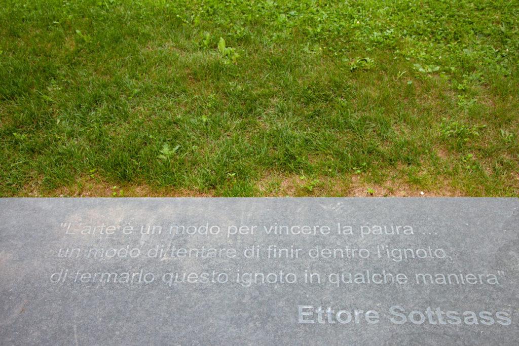 Fontanella Sottsass di Ettore Sottsass - Poesia scritta nel suolo