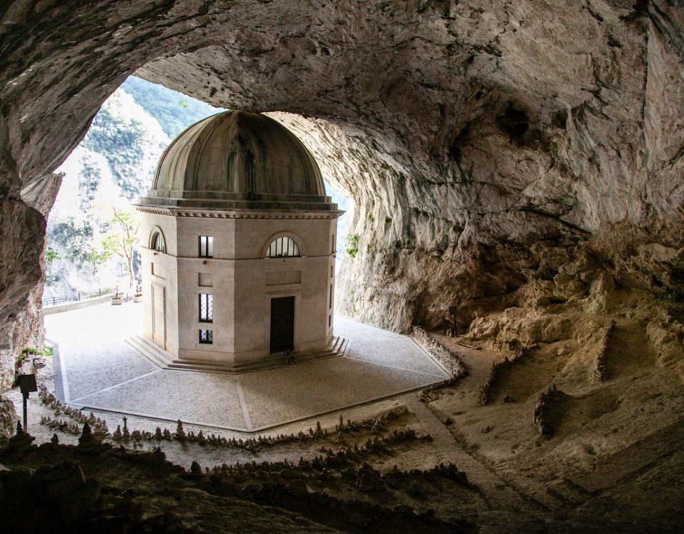 Grotta con tempio ottocentesco di Valadier