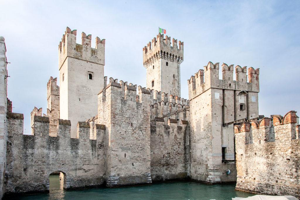 Il castello scaligero di Sirmione visto dalla Darsena