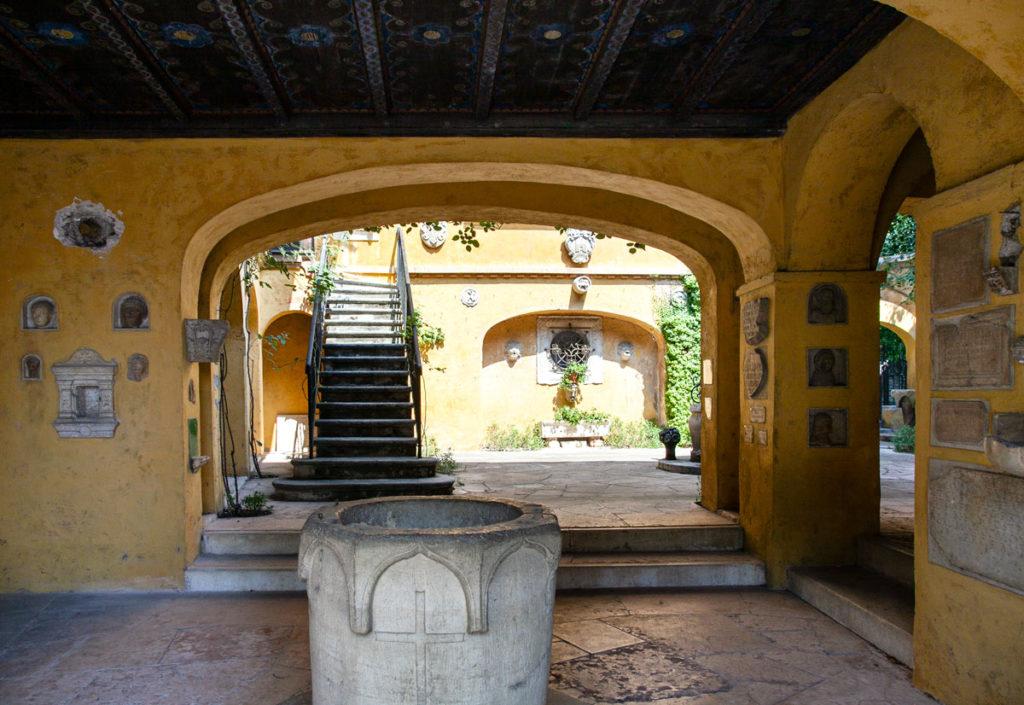 Il cortiletto degli Schiavoni con il portico del Parente - Prioria