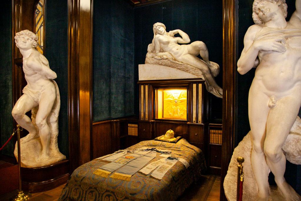 Il letto che ha ospitato il corpo di d'Annunzio dentro al palazzo Schifamondo - Gardone Riviera