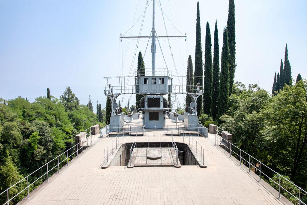 Il ponte della nave nel giardino del Vittoriale degli Italiani