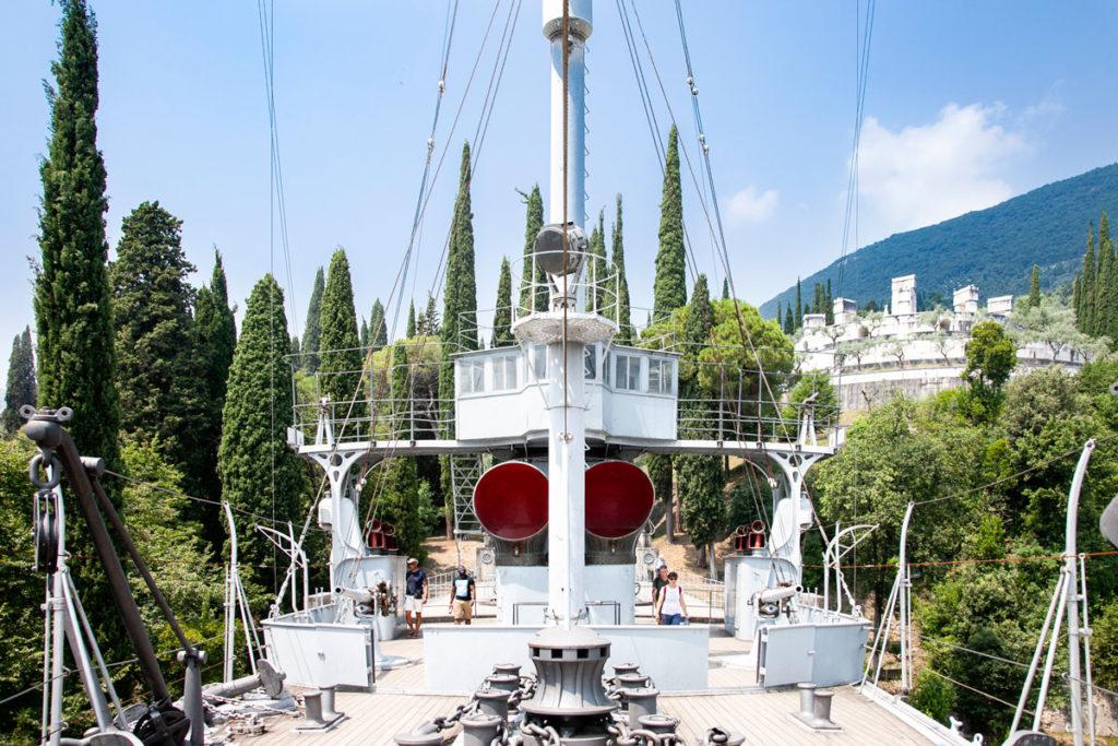 Il pontile della nave posta dentro al Vittoriale degli Italiani