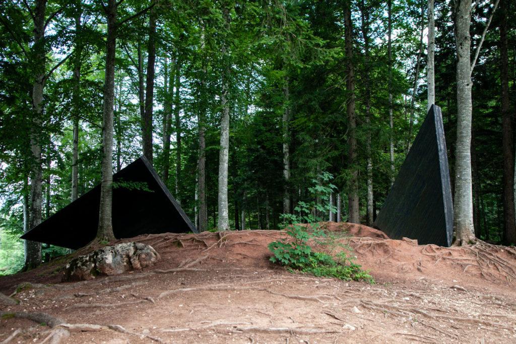 Il quadrato di Rainer Gross - Triangoli neri appoggiati agli alberi