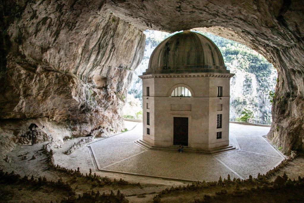 Il tempio nascosta nelle grotte di Genga in provincia di Ancona - Tempio di Valadier a base ottagonale