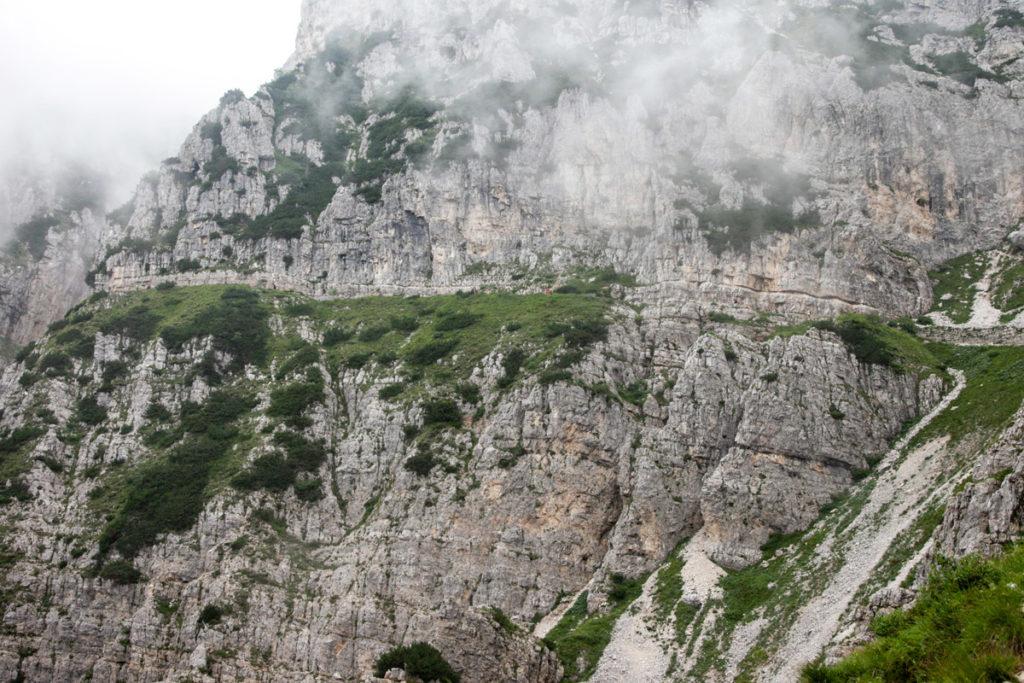 Il trekking delle 52 gallerie - mura in pietra lungo il tragitto