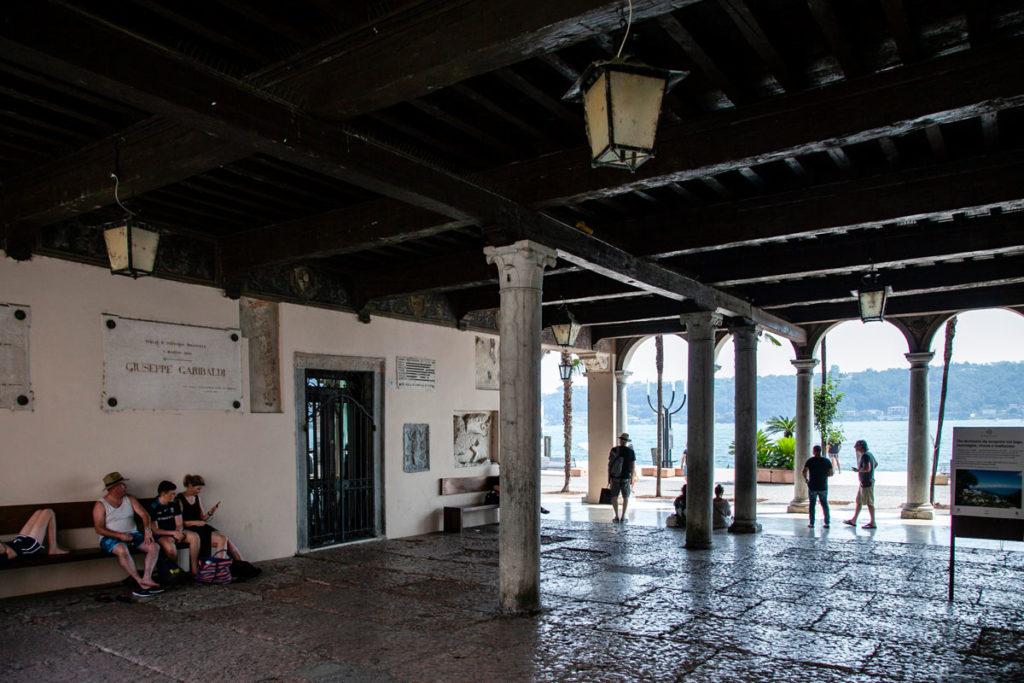 Interni del Porticato del palazzo del Podestà di Salò con Targhe