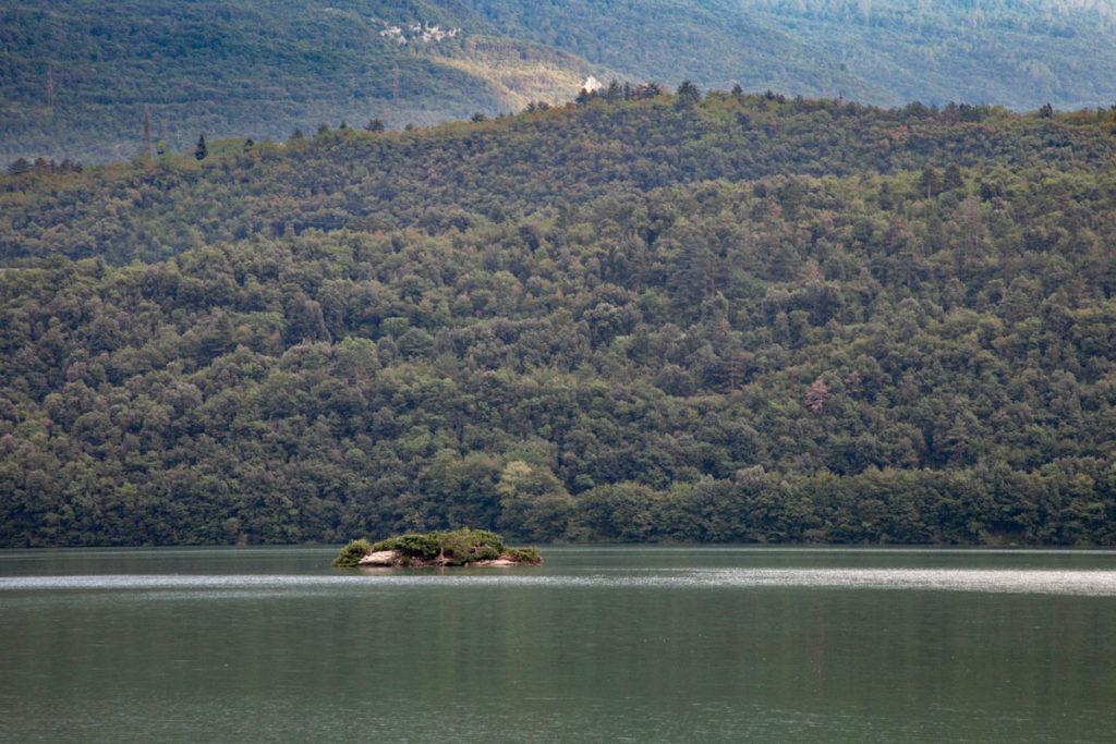 Isolotto e boschi sul lago