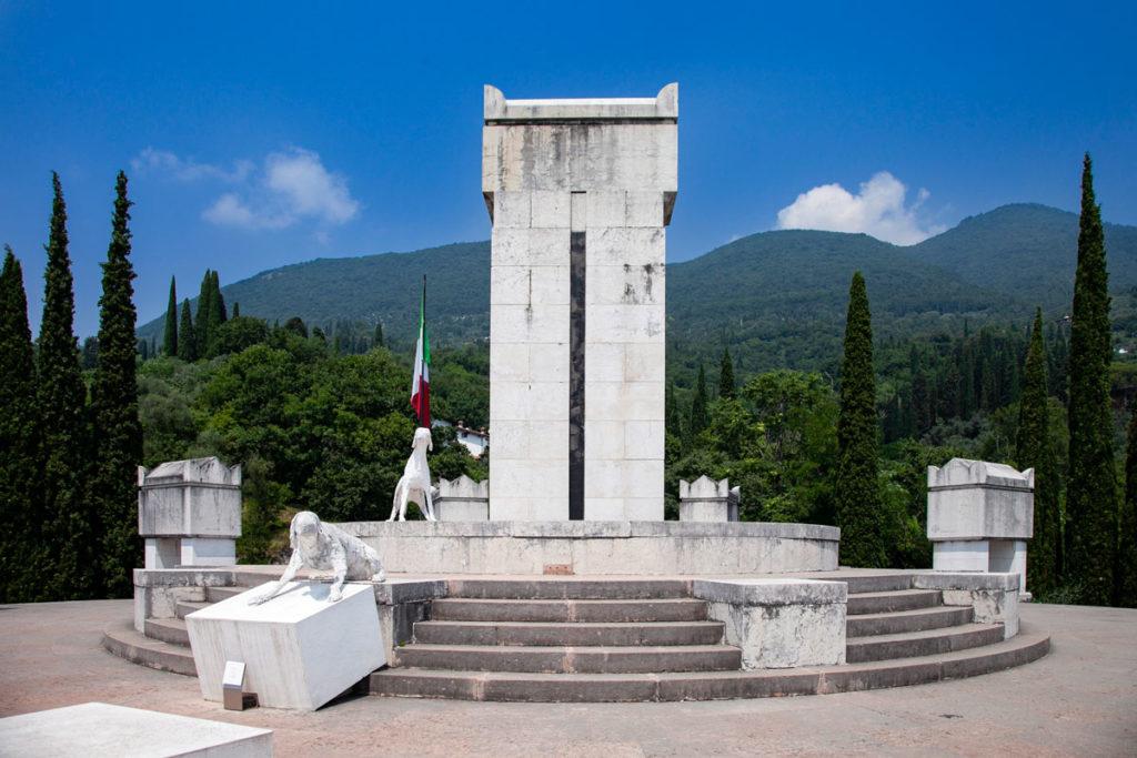 La tomba di d'Annunzio nel tempietto circondato dai suoi cani - Vittoriale degli Italiani